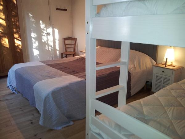 Chambre n° 1 avec lit de 160 et 2 lits superposés de 90